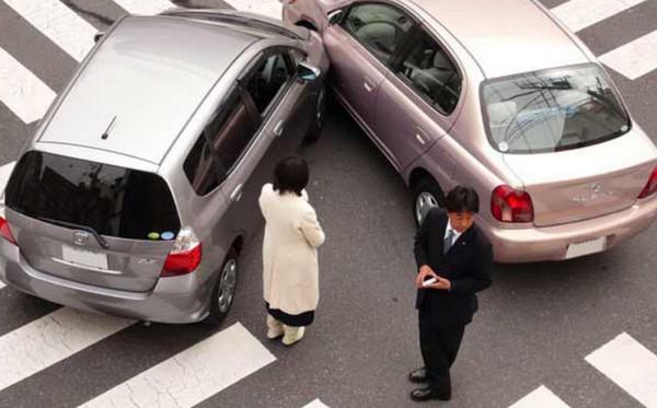 Столкновение машин на пешеходном переходе