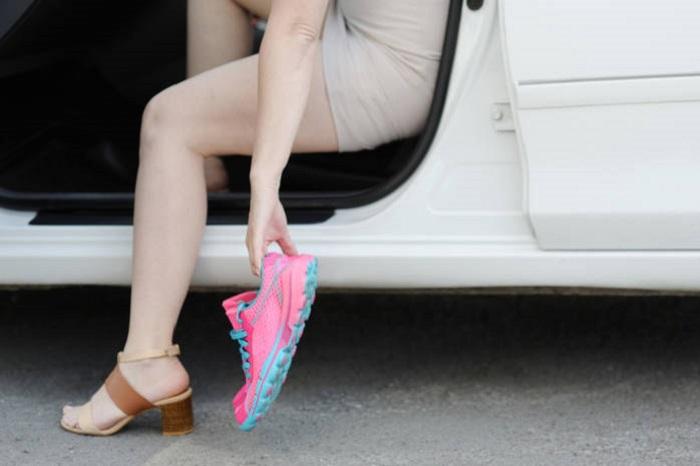 Босоножек и кроссовок возле авто