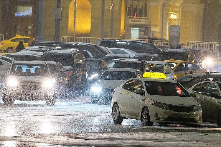 Машины в вечернем городе