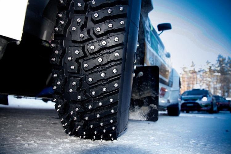 Колесо с шипованной резиной по снегу