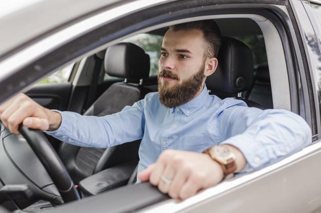 Мужчина за рулем авто