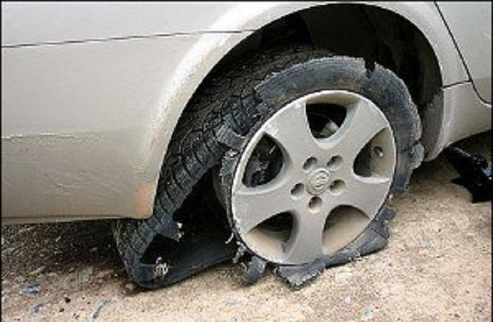 Разорванная шина авто