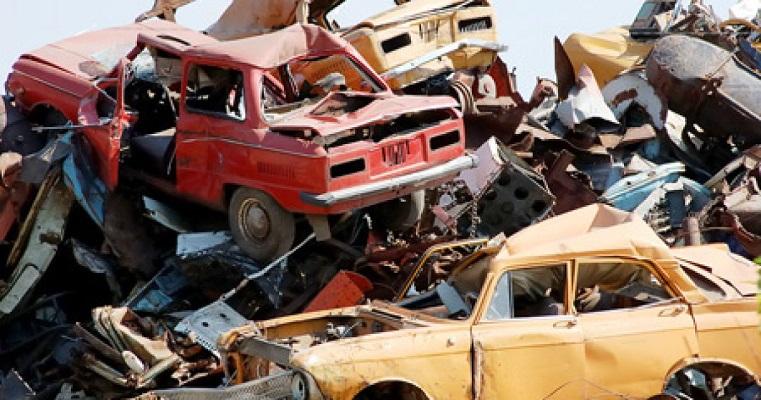 Старые машины свалены в кучу