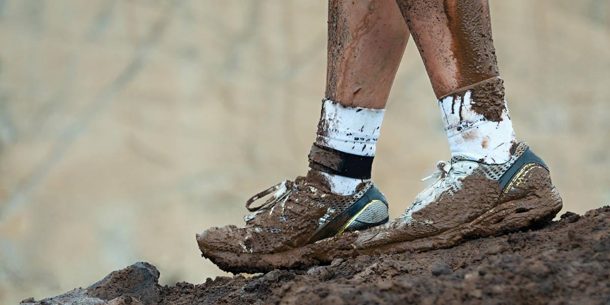 Грязные кроссовки и ноги