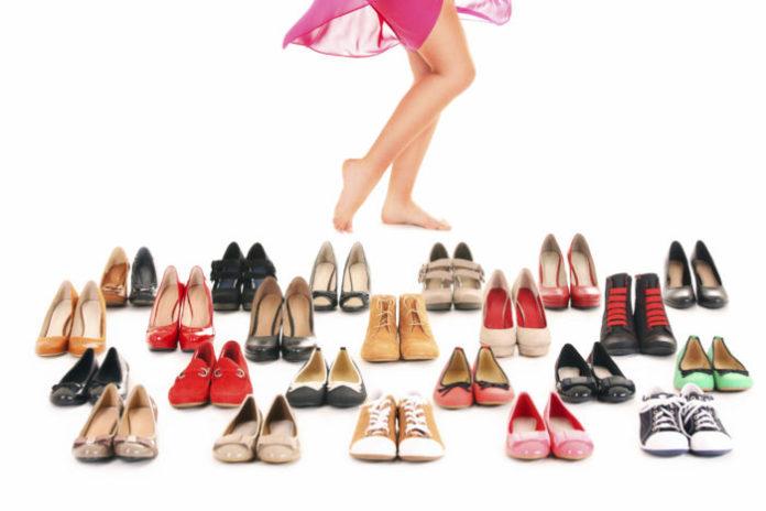 Многи обуви и ноги девушки