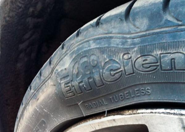 Деформированная шина авто