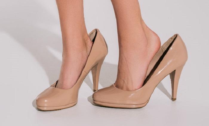 Большие туфли на ногах