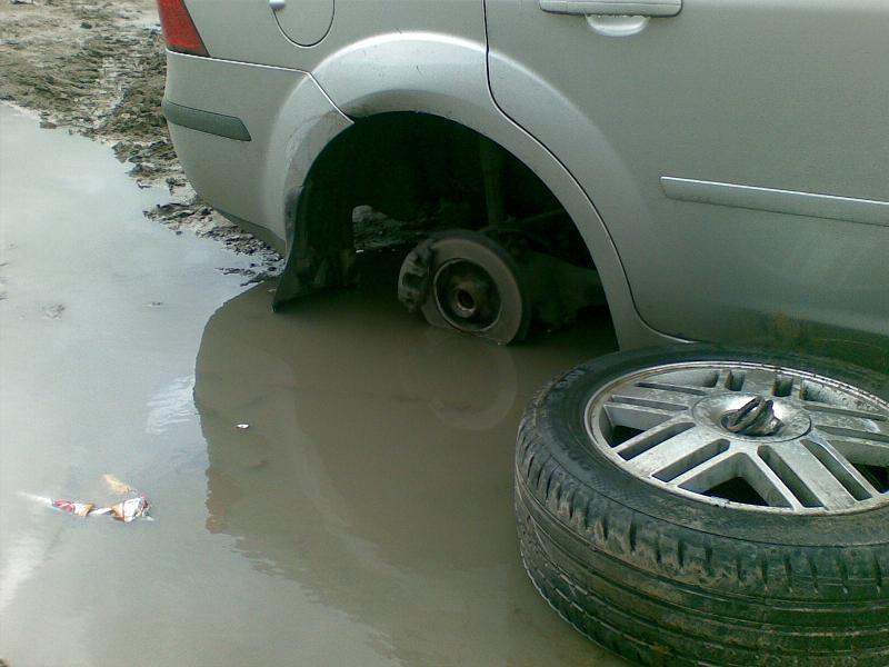 Колесо от машины в луже