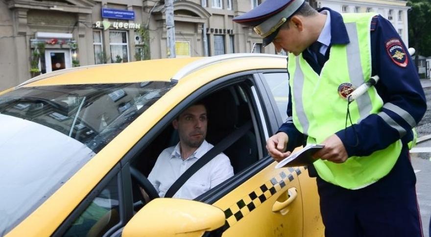 Гаишник остановил таксиста
