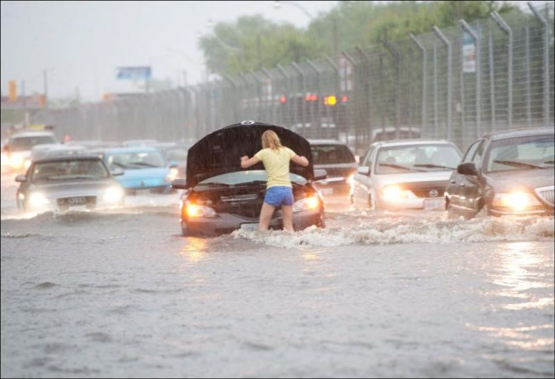 Автомобили и затопленная дорога