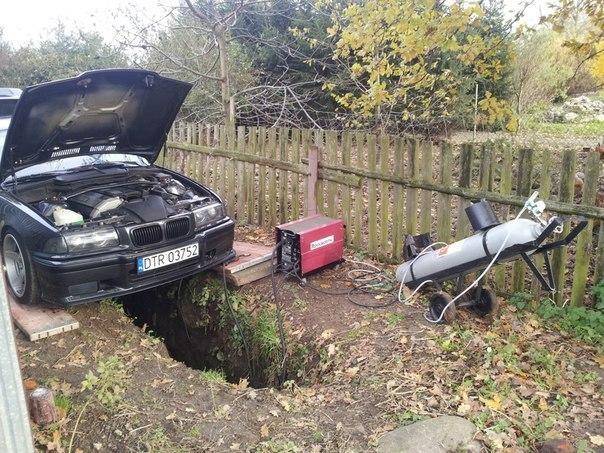 Машина над ямой в земле