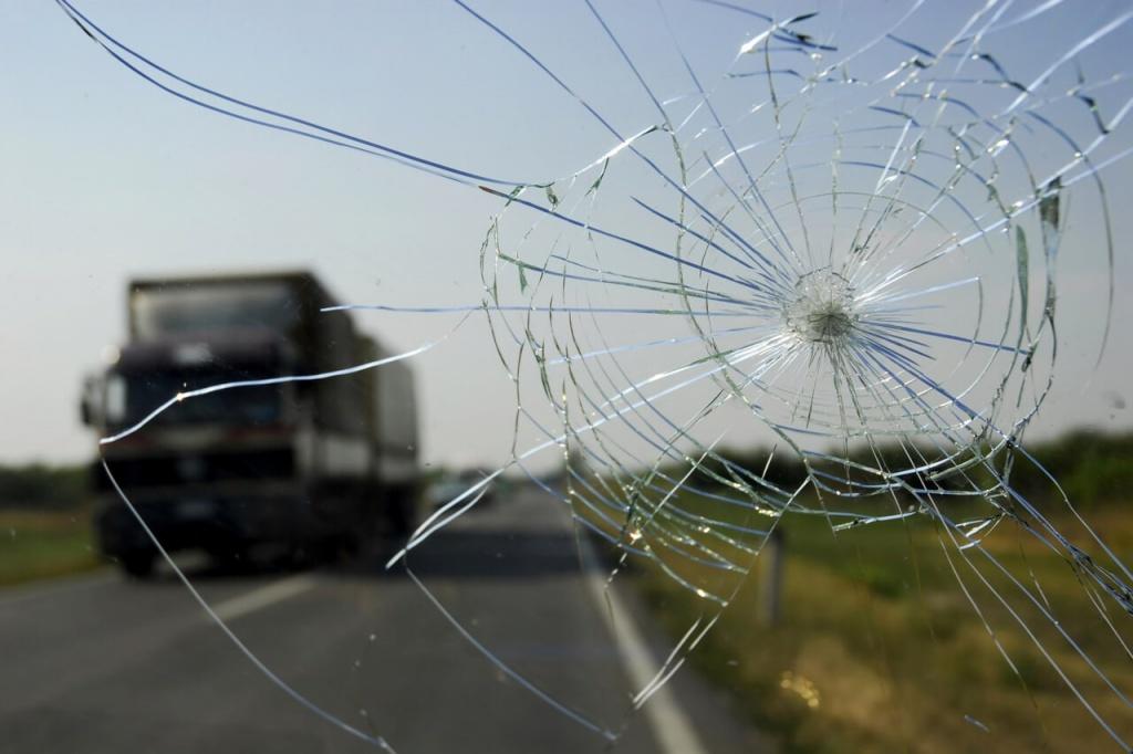 Трещины от скола на стекле авто