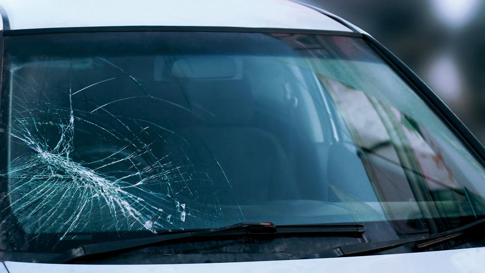 Повреждение лобового стекла справа