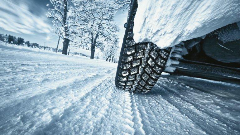 Колесо авто на снежной дороге