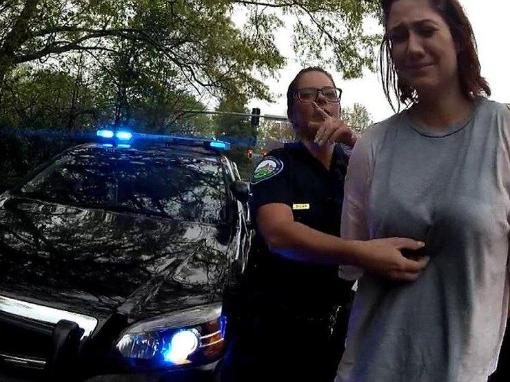Сотрудник патрульной службы помогает женщине
