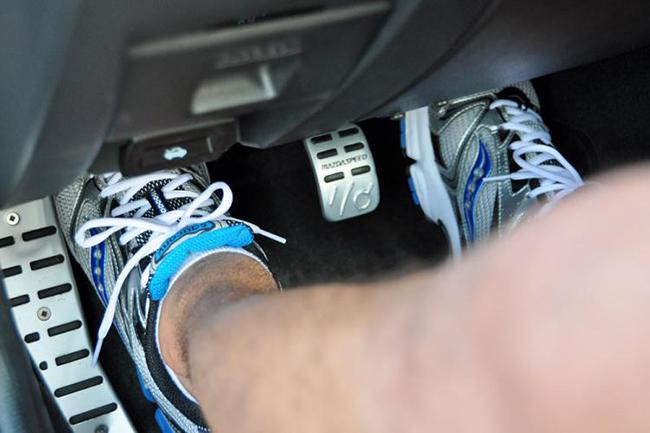 Ноги на педалях авто
