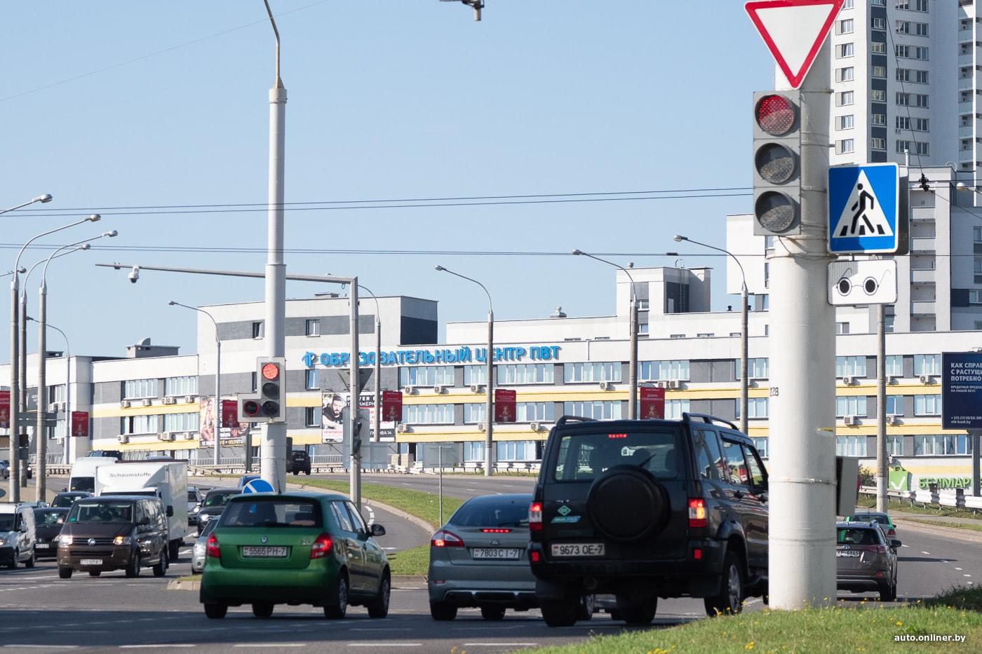 Машины на дороге на красный свет