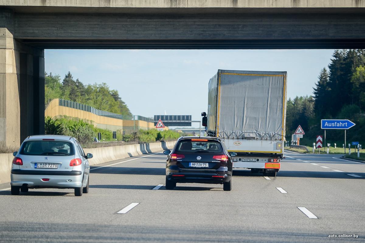 Ряды машин по дороге