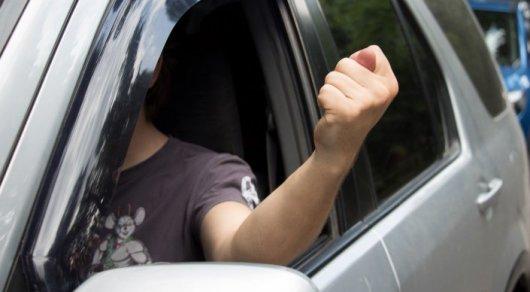 Водитель показывает фигу