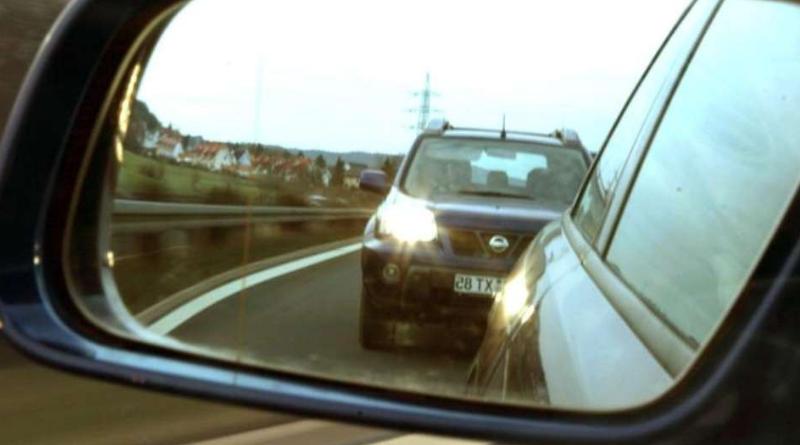 Авто сзади мигает фарами