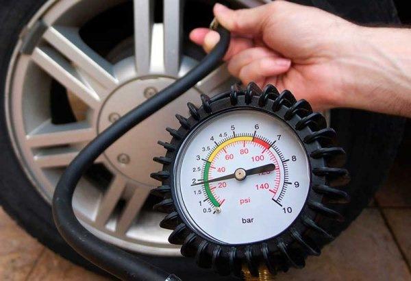 Замер давления шины манометром