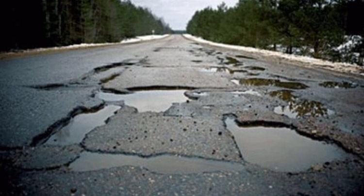 Дорога с ямами в асфальте