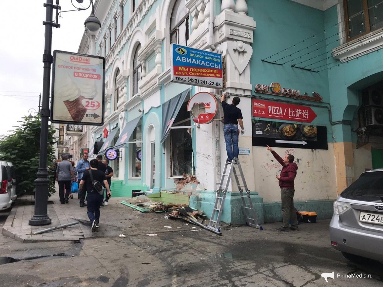 Разбитые окна и стены здания