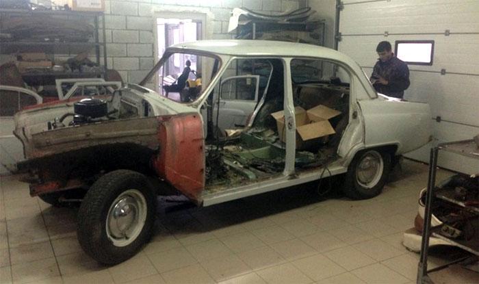 Старая Волга-21 в гараже