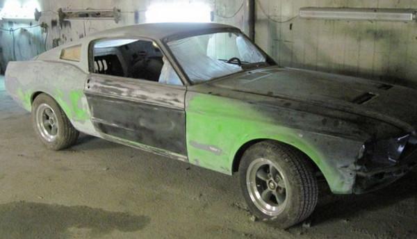 Дряхлый Ford Mustang