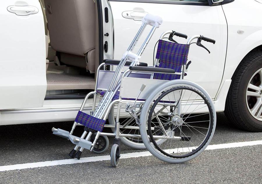 Инвалидная коляска возле авто