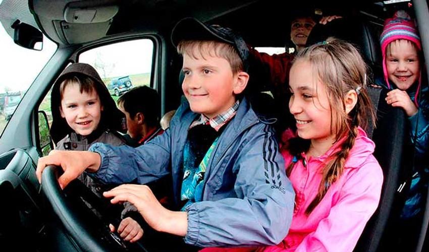 Много детей в машине