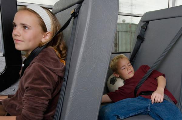 Дети в автобусе, пристегнутые ремнями безопасности