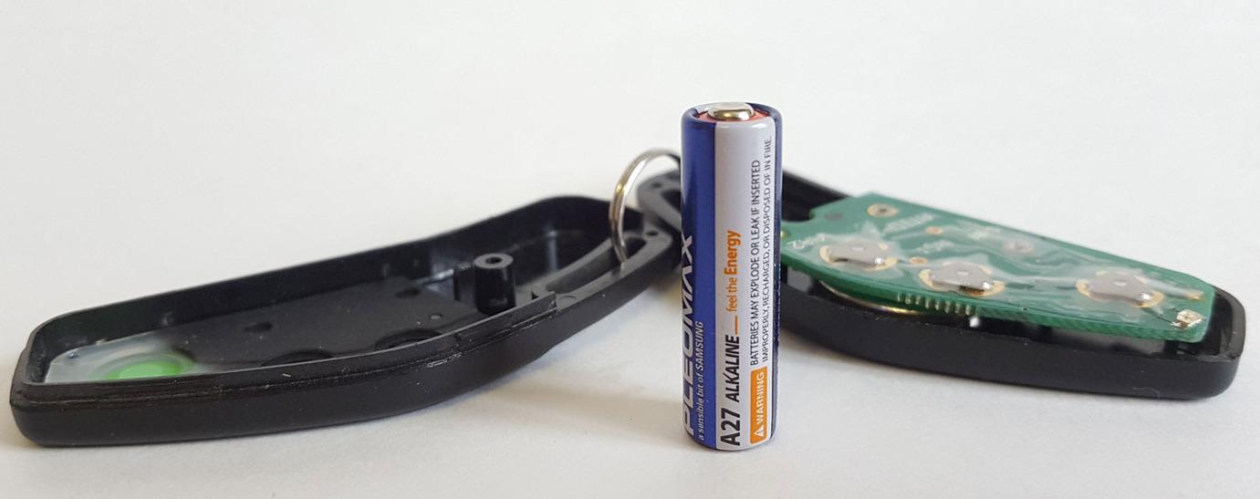 Батарейка А 27 и раскрытый брелок от машины