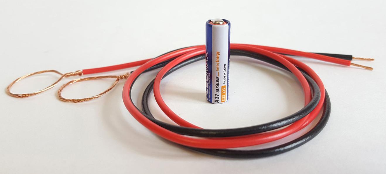 Пальчиковая батарейка и два провода