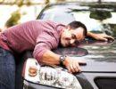 Мужчина обнимает автомобиль