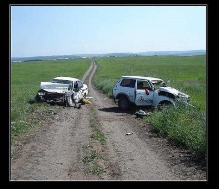 Авария на пустынной дороге в поле