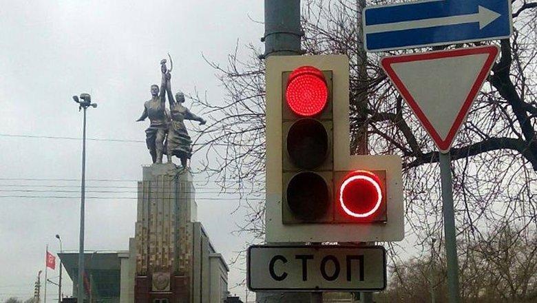 Красный свет светофора и знак СТОП