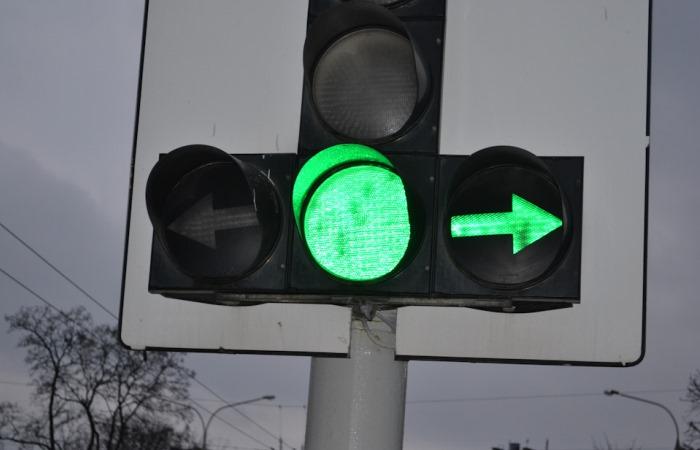 Зеленый свет и рзрешен поворот направо
