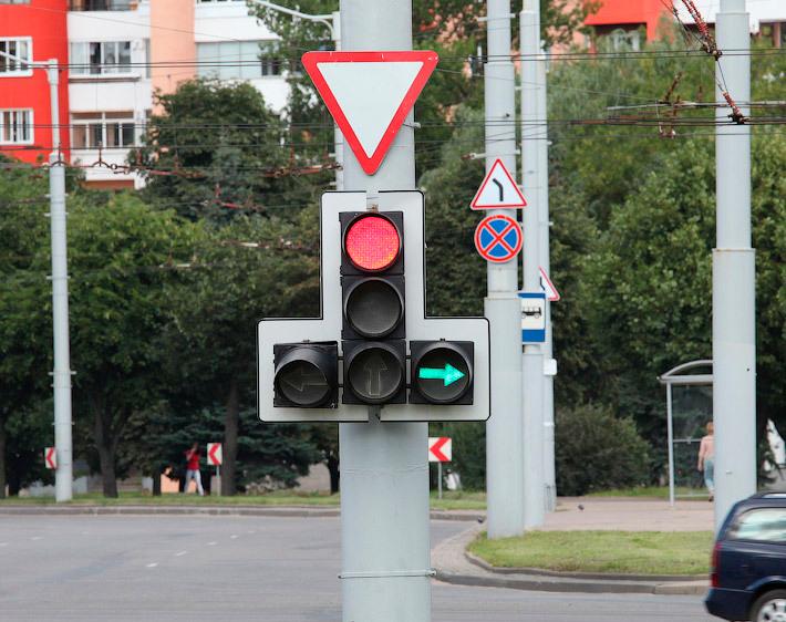 Светофор на перекрестке и зеленая стрелка