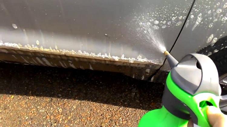 Распыление моющего средства на авто