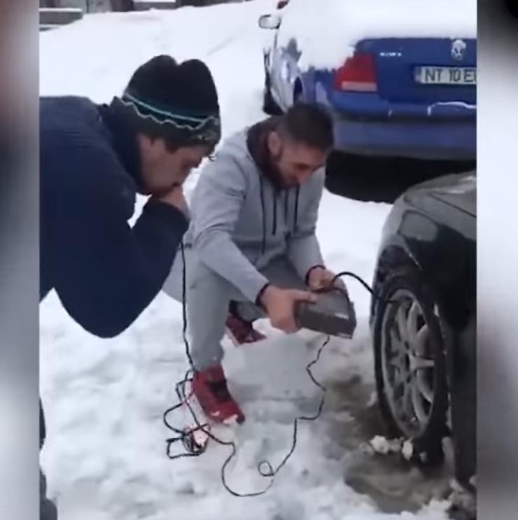 Мужчина накачивает шину ртом