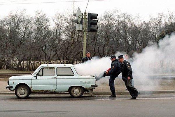 Полицейские толкают Запорожец