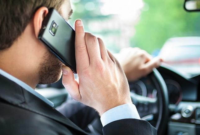 Мужчина за рулем с телефоном