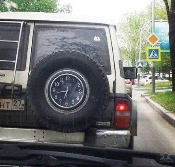 Часы в запаске авто