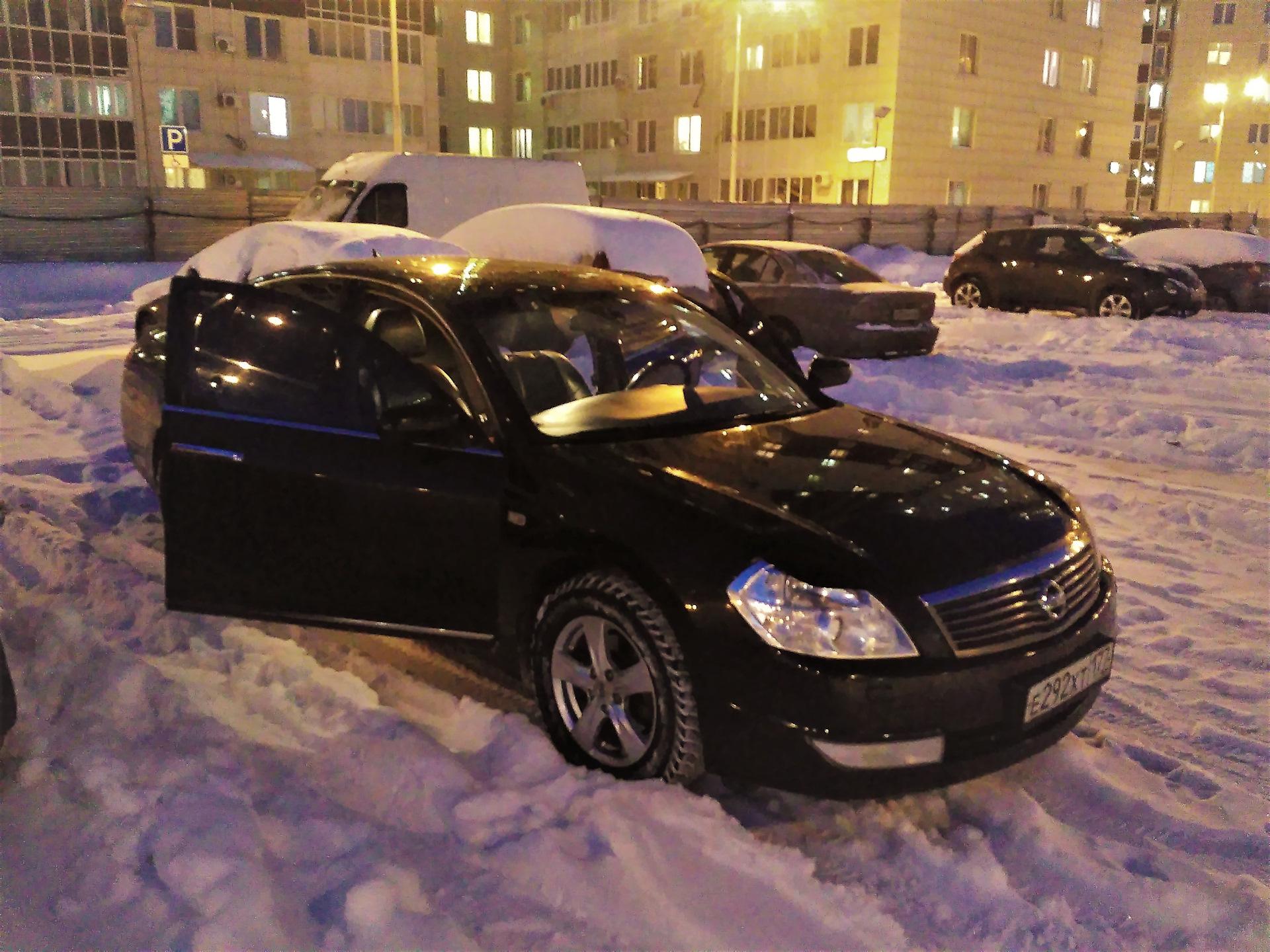 Машина на снегу с открытой дверью