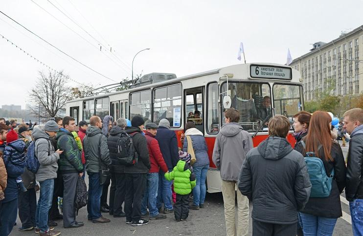 Люди на остановке троллейбуса