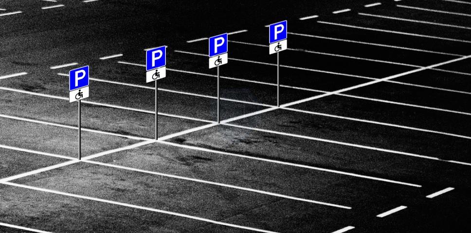 Парковка со знаками для инвалидов