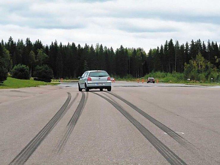 Следы от шин авто