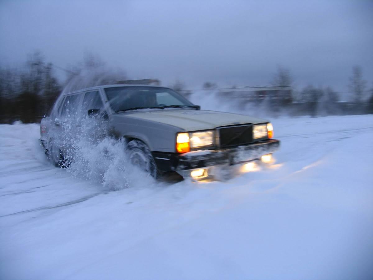 Машина буксует в снегу