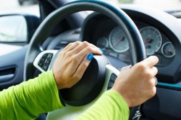 Рука водителя на клаксоне